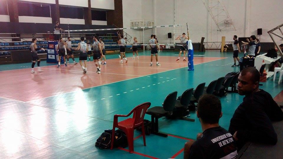 Manius (sentado na direita) apenas acompanhou treinamento desta quinta-feira no ginásio da Faefid