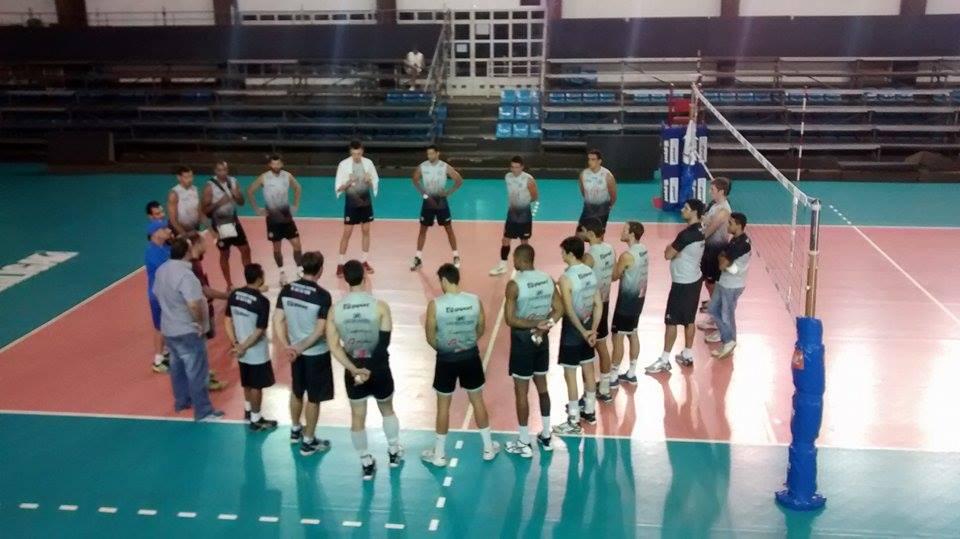 Jogadores e comissão técnica se reuniram em círculo para rápida conversa antes de treinamento