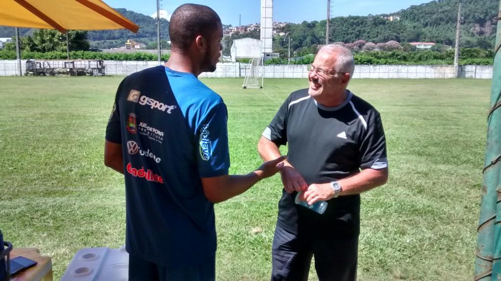 Ulisses conversa com o massagista do Tupi, Creso Cordeiro, que confirmou o veto do atleta