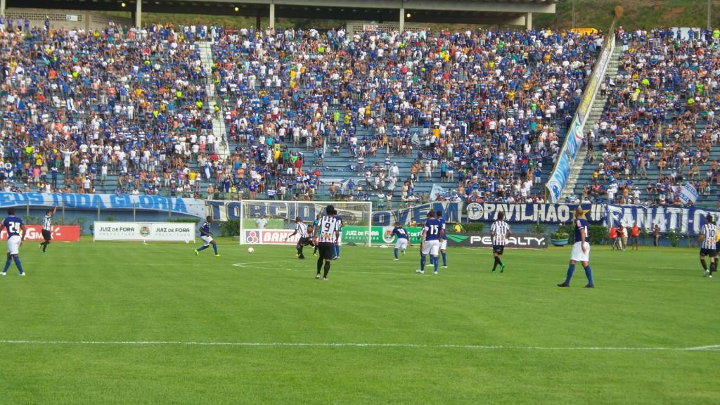 Torcida do Cruzeiro compareceu em bom número ao Estádio Municipal Radialista Mário Helênio e viu de  perto os dois gols marcados em apenas 11 minutos de jogo