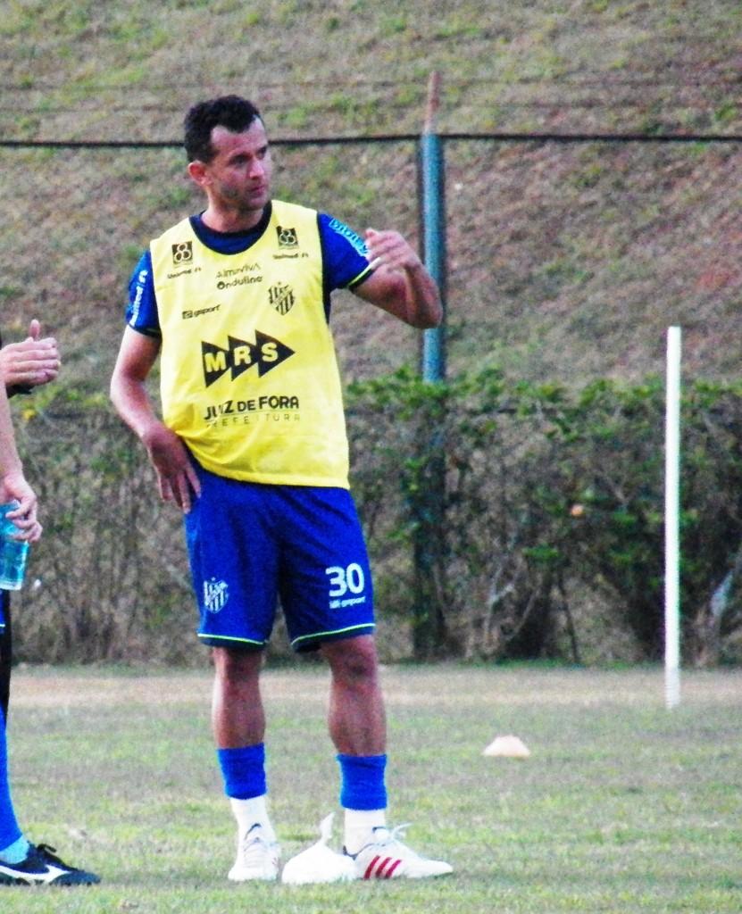 Fabrício Soares tem voto de confiança de Surian mesmo fora de sua posição de origem