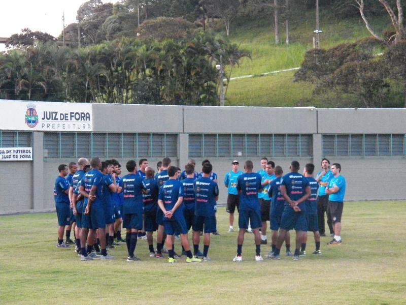 Leston reuniu jogadores para conversa antes de leve corrida em volta do gramado do Estádio Municipal