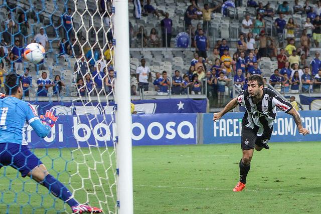 Lucas Pratto balançou a rede em duas oportunidades contra a Raposa e é a esperança de gols do Atlético contra a Veterana