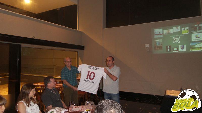 Renato e Maurício mostram a camisa personalizada do ex-Reitor da UFJF, Henrique Duque