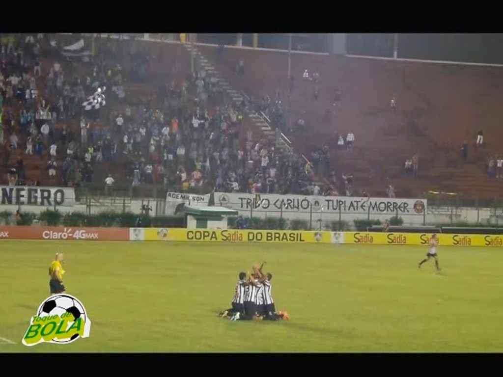 Jogadores do Tupi agradecem aos céus após gol de Vinícius Kiss