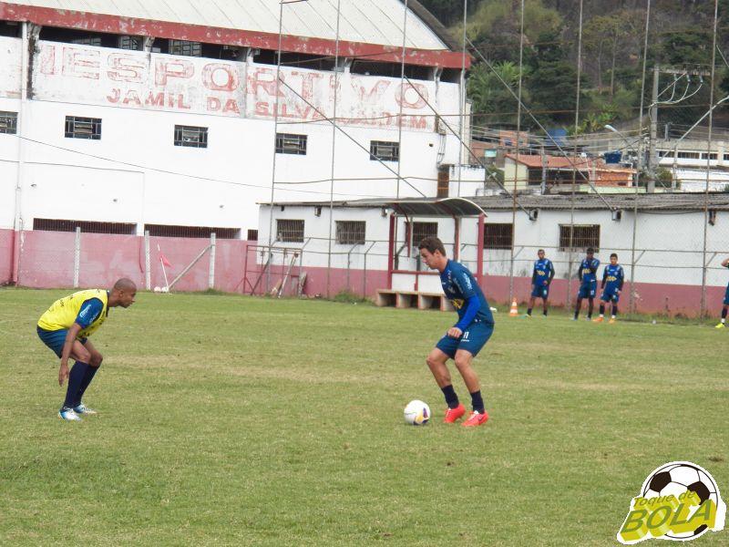 Bruno Ré (com a bola), viu erros como destoantes do início da campanha carijó na Série C