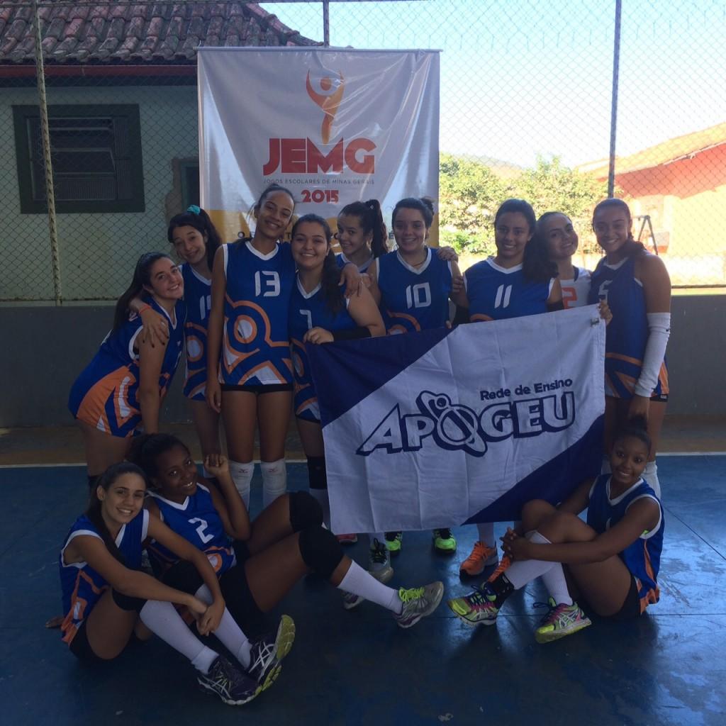 Meninas do Colégio Apogeu representam Juiz de fora na categoria 2 do vôlei feminino. (Foto: Divulgação)
