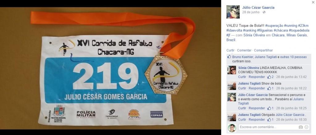 Publicação de Júlio Cezar elogiando o Toque de Bola e a organização do evento ao lado de imagem da medalha e numeração para a prova