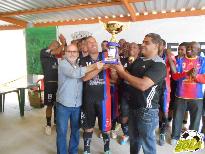 Flor da Esquina recebe troféu de campeã veterana da Copa JF