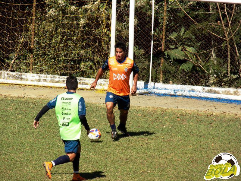 Incentivado por Leston Júnior, Daniel Morais recuou em diversos momentos do treinamento para receber a bola