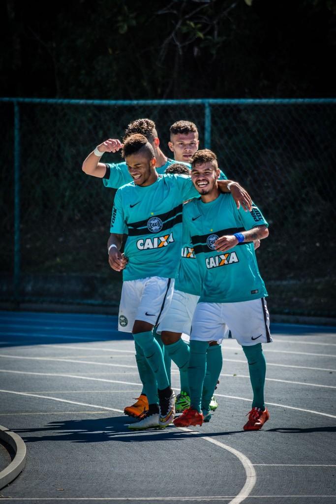 Jogadores do Coritiba comemoram a vaga nas quartas de final da Taça BH (Foto: Léo Comello)
