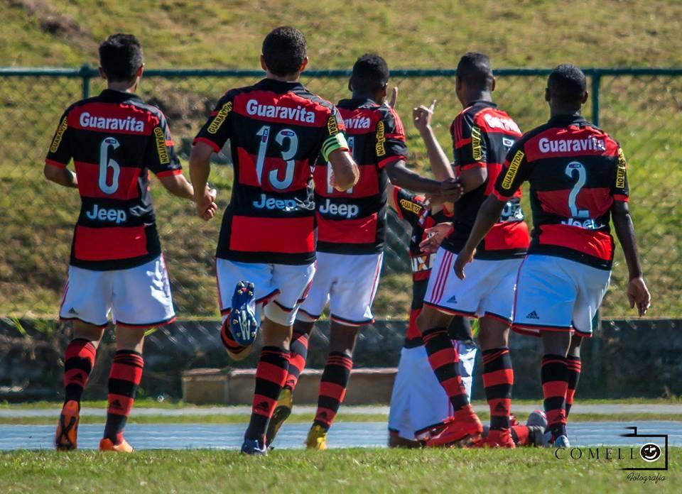 Jogadores do Flamengo comemoraram primeiro gol na vitória sobre o Grêmio, que valeu a classificação para as quartas de final da Taça BH Sub 17