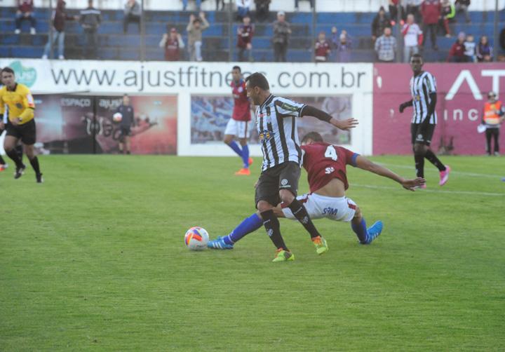 Fabrício Soares cumpriu bem seu papel na defesa e garantiu a vitória carijó.  (Foto:Roni Rigon/Agência RBS)