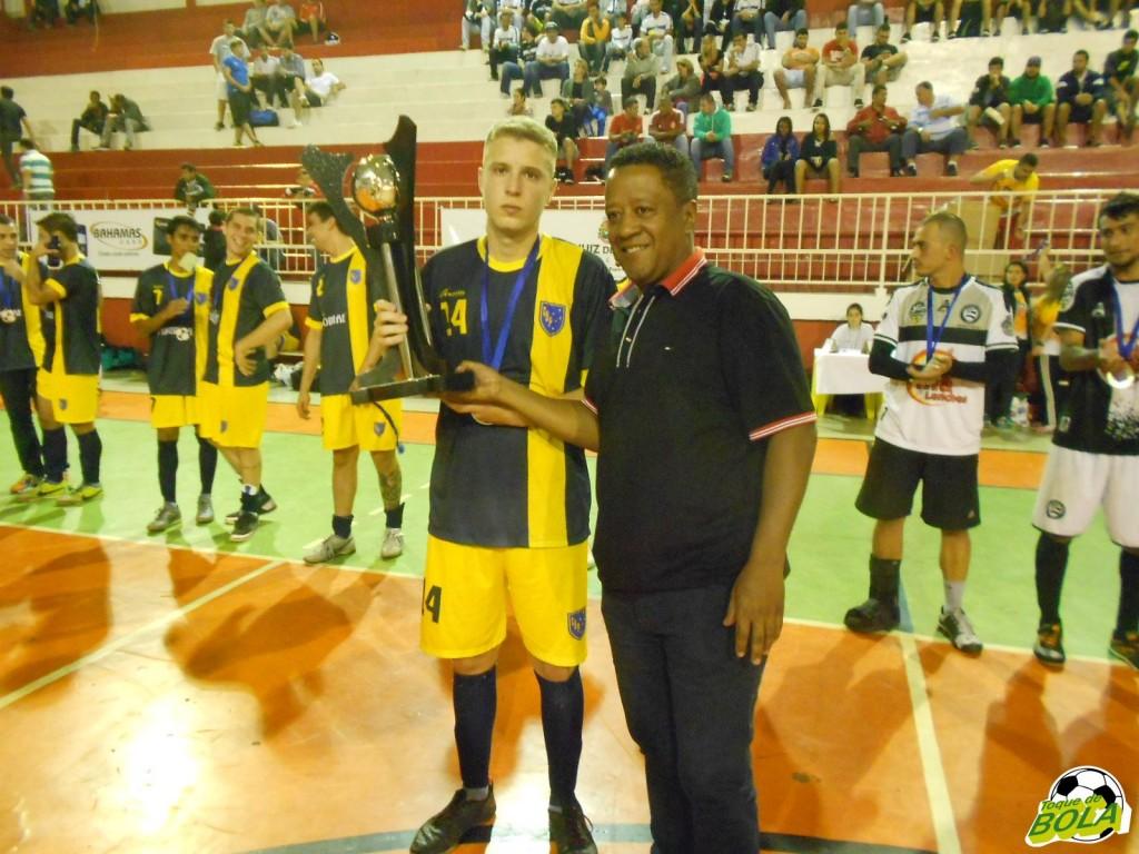 Secretário de Esporte e Lazer, pastor Carlos Bonifácio premia o vice-campeão juvenil
