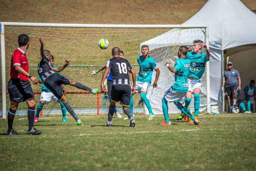 Bolas alçadas na área foram as principais jogadas de perigo da partida (Foto: Léo Comello)