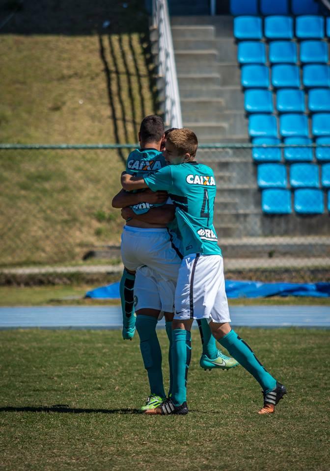 Comemoração dos jogadores da equipe paranaense no campo do Complexo Esportivo da UFJF (Foto: Léo Comello)
