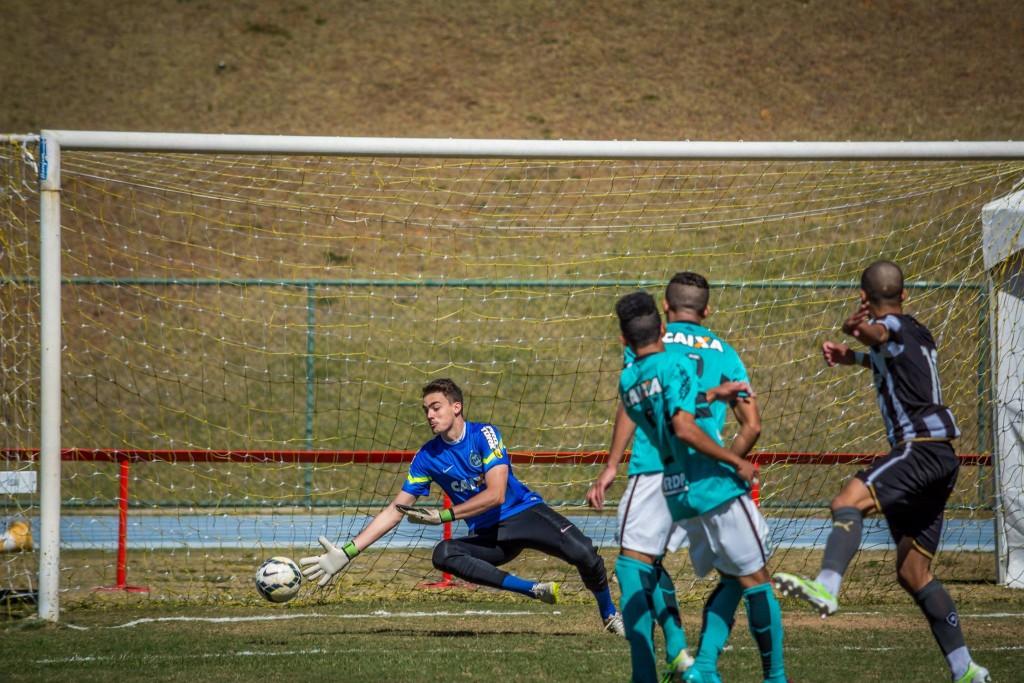 Goleiro do Coxa, Bruno, tem passagens pela seleção nacional de base (Foto: Léo Comello)