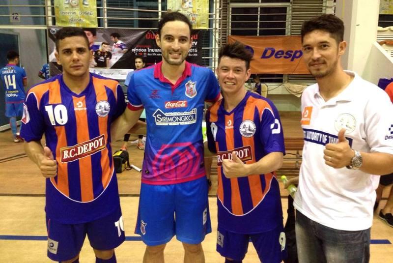 Chiqueirinho (primeiro da esquerda) e Romualdo (segundo da esquerda)  ao lado de mais brasileiros na Tailândia