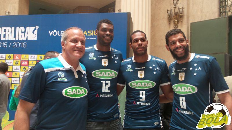 Atuais campeões do Sada, da esquerda para a direita: técnico argentino Marcelo Mendez, central Isac, ponteiro cubano Leal e oposto Wallace