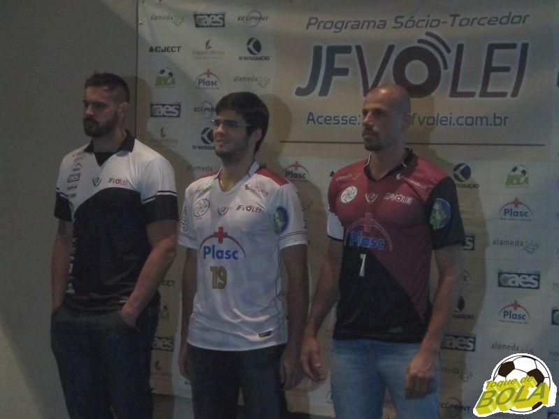 Jogadores apresentaram dois uniformes de jogo e um de viagem
