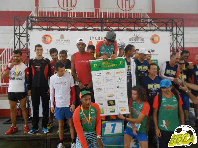 Integrantes das três melhores equipes no masculino comemoram resultado