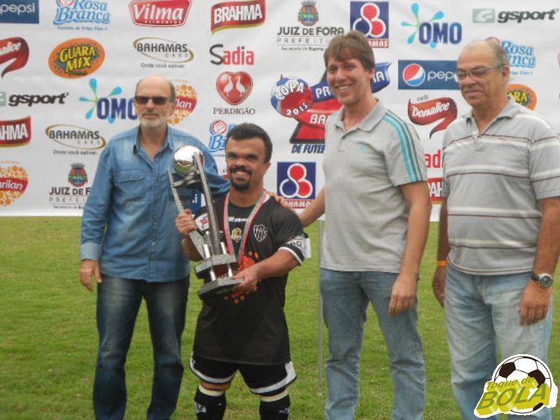 Luciano recebe o troféu de campeão Master