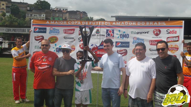 Lucas Henrique, capitão do ACI, ergue a taça de vice-campeão