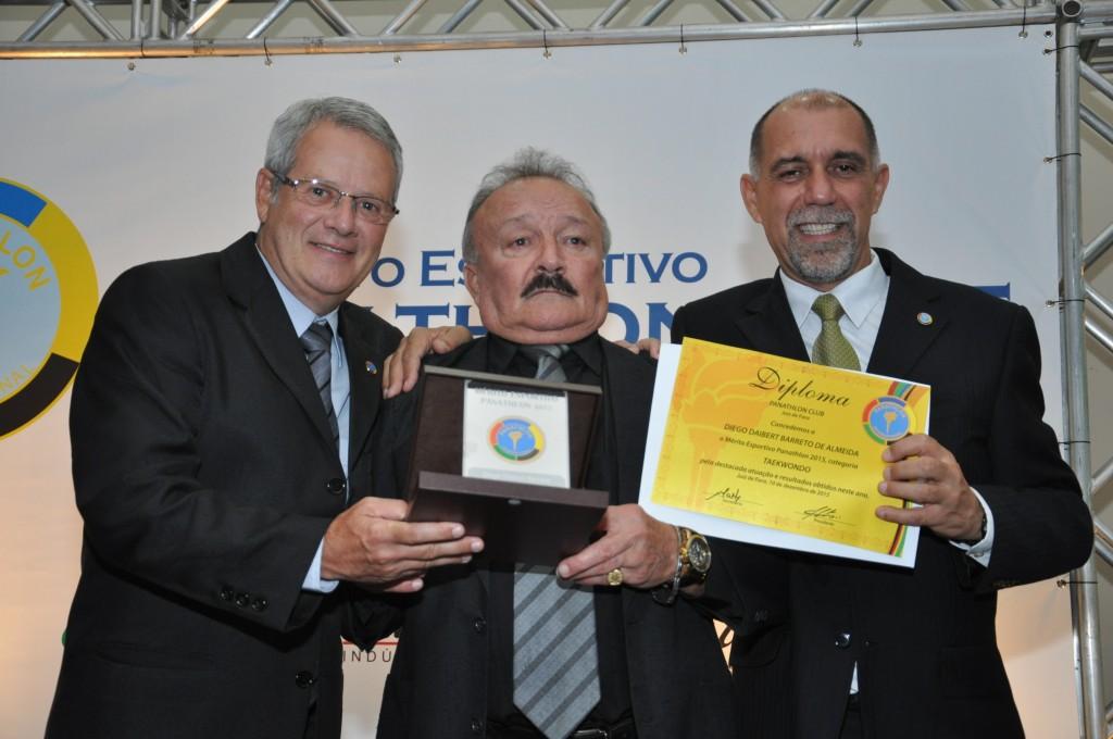 O pai de Diego, José Barreto (centro), recebe o Mérito Esportivo Panathlon 2015 do associado George Lopes e do presidente do clube Cláudio Esteves