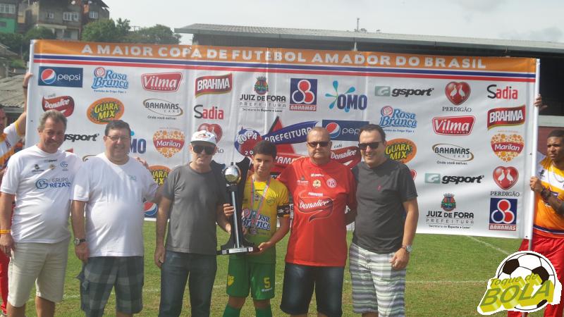 Pedro, capitão do Operário, com o troféu de vice-campeão