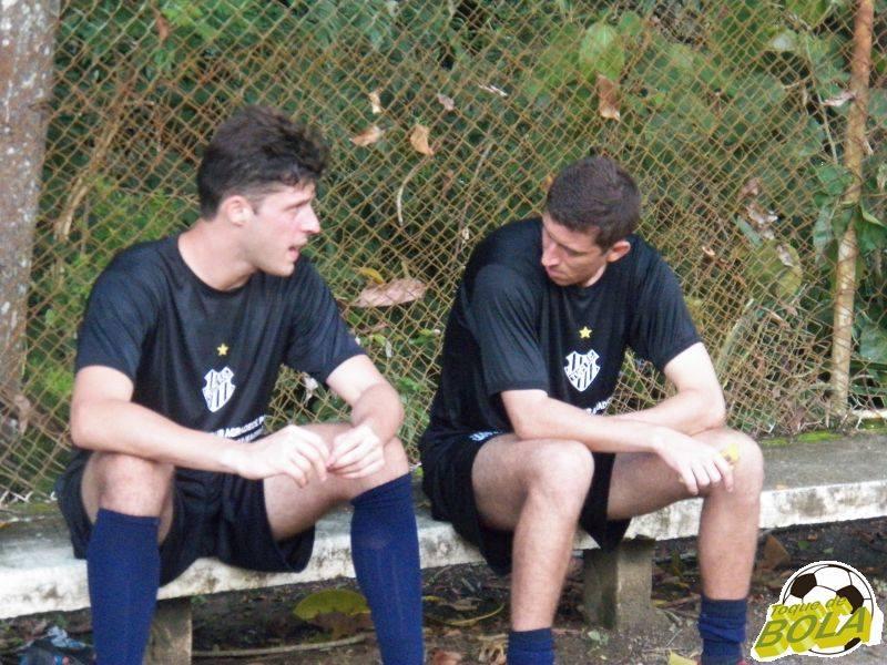 Os goleiros Paulo Vítor, em teste, e Gonçalves, um dos que permanecem no grupo, conversam no intervalo do treino