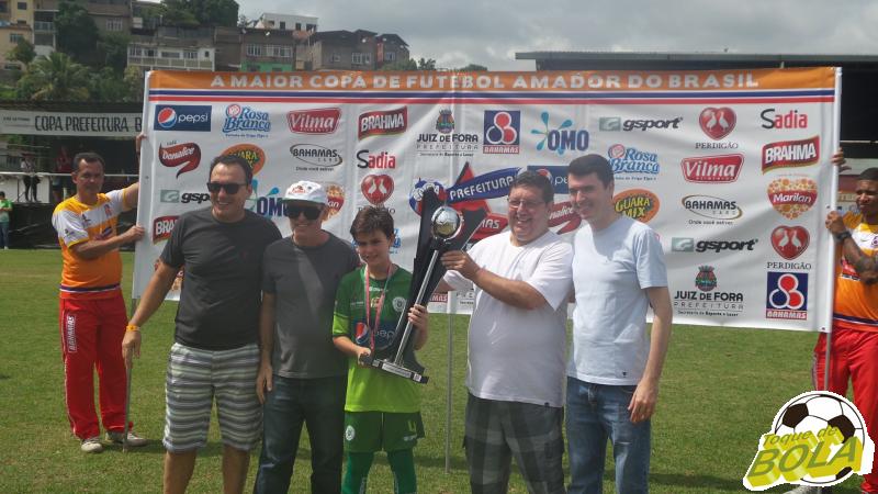 Eduardo, capitão do Sport, recebe o troféu de campeão