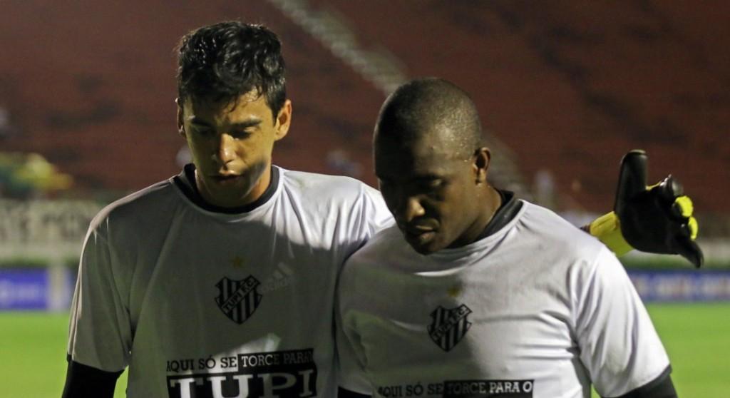 George (esquerda) não teve muitas oportunidades no gol do Tupi, defendido por Glaysson (direita)