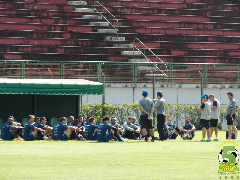 Júnior Lopes conversou durante quase meia hora com atletas antes de iniciar atividades com bola nesta sexta-feira
