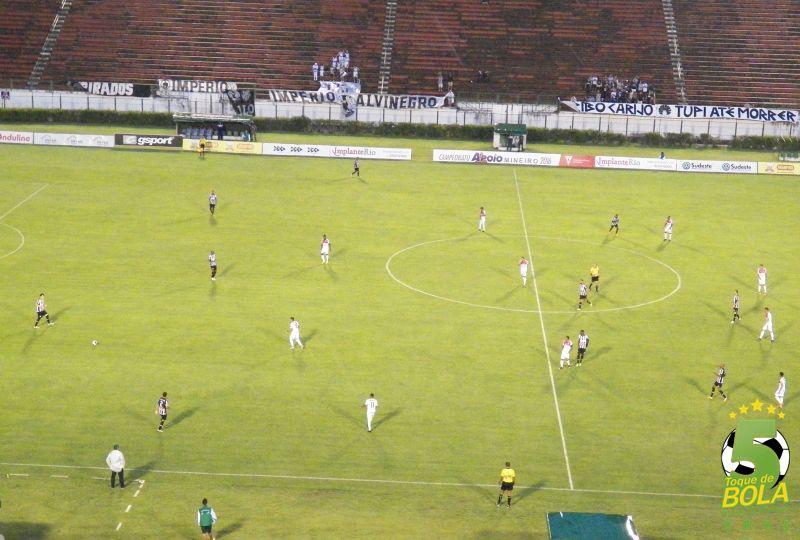 Partida começou com chuva fina, que apertou e prejudicou andamento do jogo no Estádio Mário Helênio