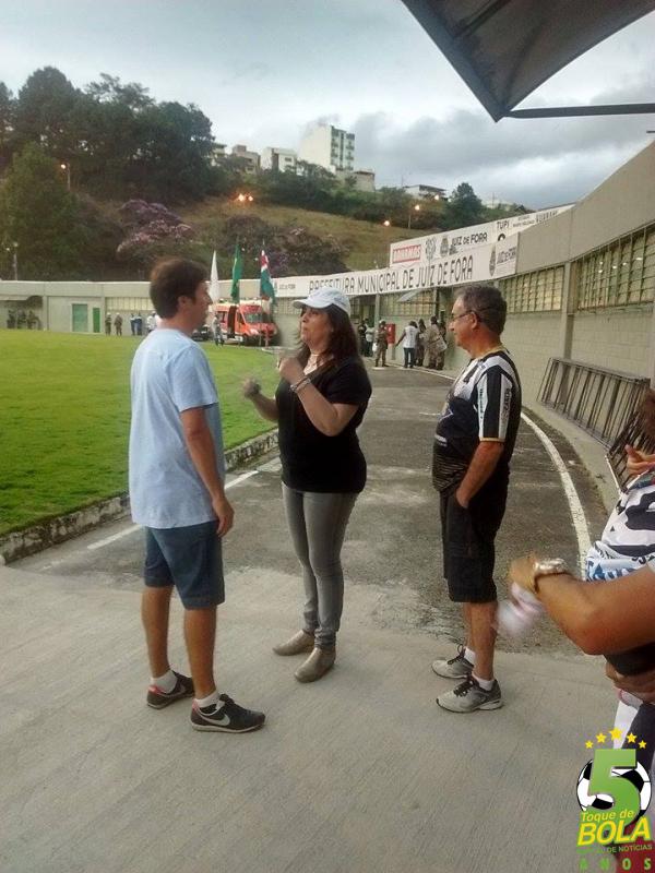 Luis Augusto Alvim conversa com a presidente Myrian Fortuna na porta dos vestiários antes da partida contra o Guarani