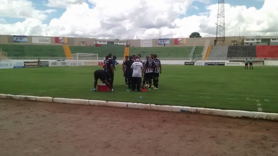 Atletas do Tupi recebem orientações em meio ao tempo técnico do primeiro tempo de jogo