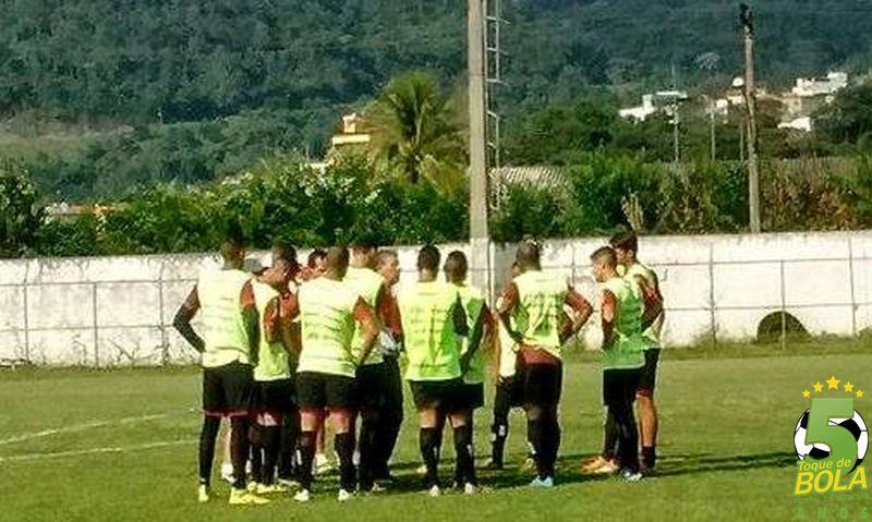 Drubscky reúne jogadores durante atividade na manhã desta terça-feira