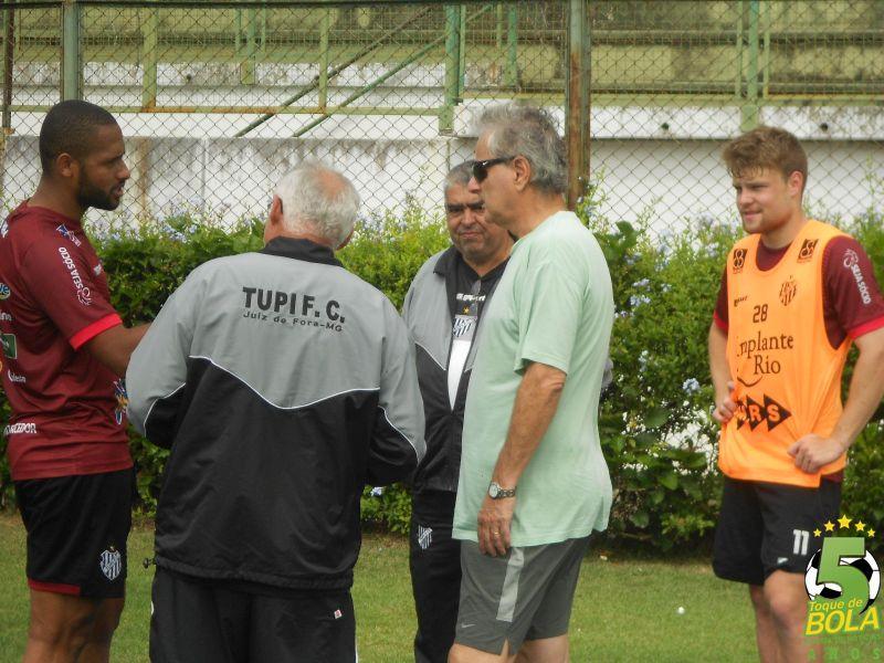 Pitti (centro) comemora: os contratados estarão à disposição do treinador Ricardo Drubscky para a estreia na Série B