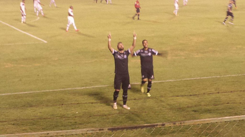 Giancarlo comemora o gol de empate do Tupi