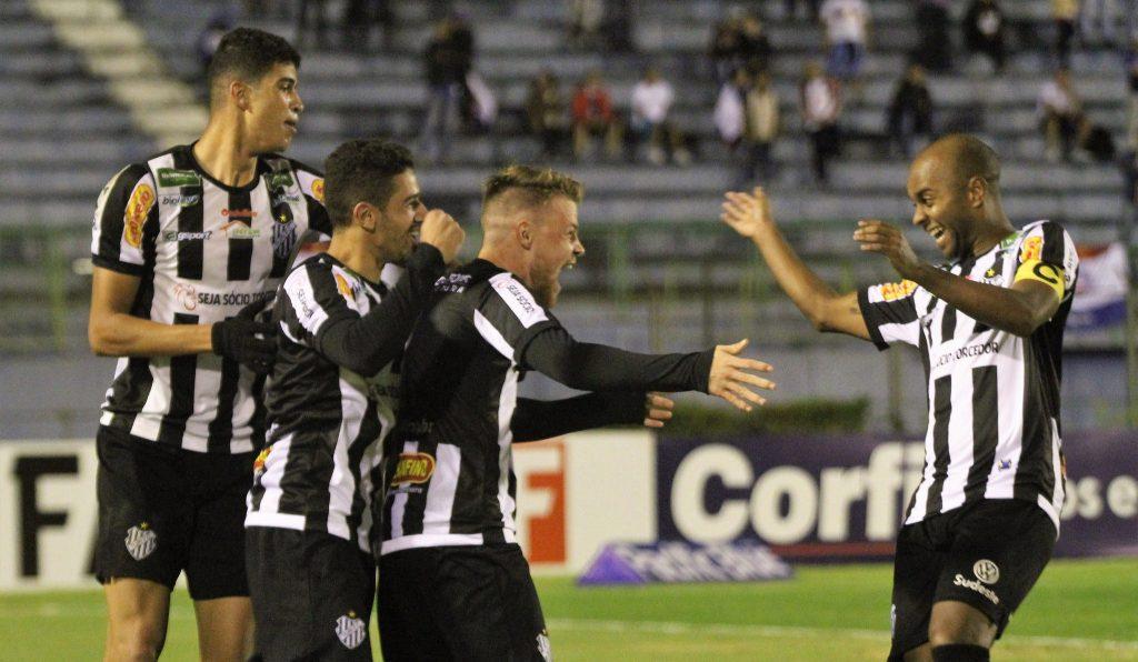 Jogadores do Tupi comemoram gol marcado sobre o Bahia, equipe que tem um dos elencos mais fortes da Série B