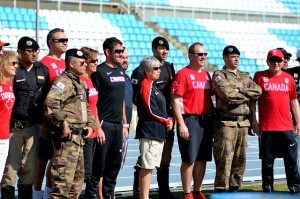 Delegação do Canadá posou para fotos ao lado das forças de segurança (Foto: Twin Alvarenga)
