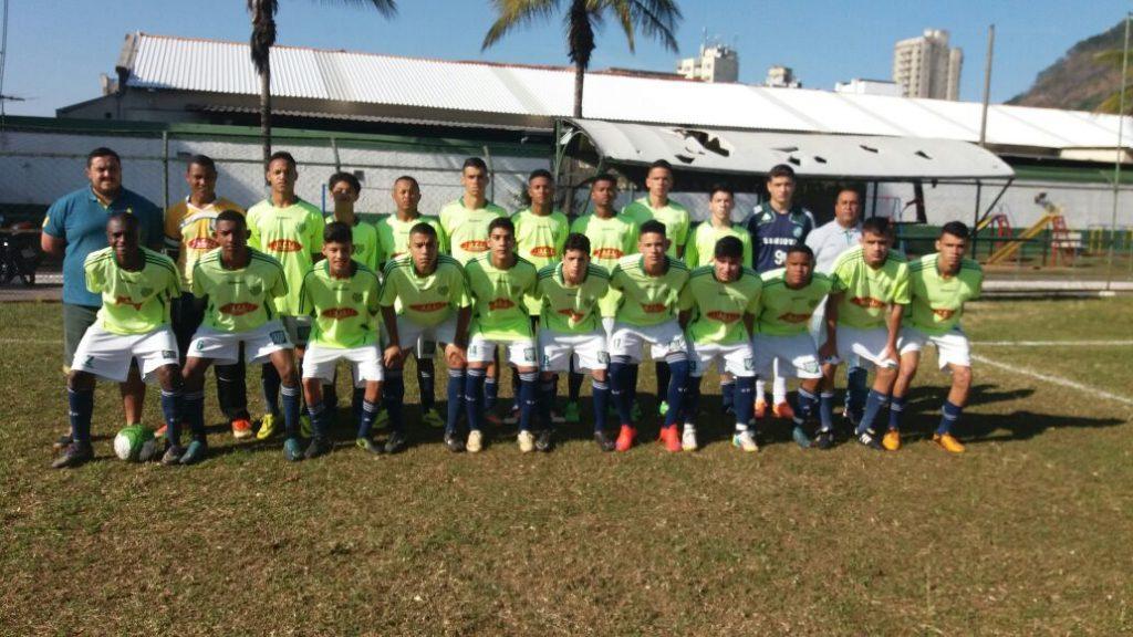 Equipe juvenil do Bonsucesso, antes da decisão contra o Baeta
