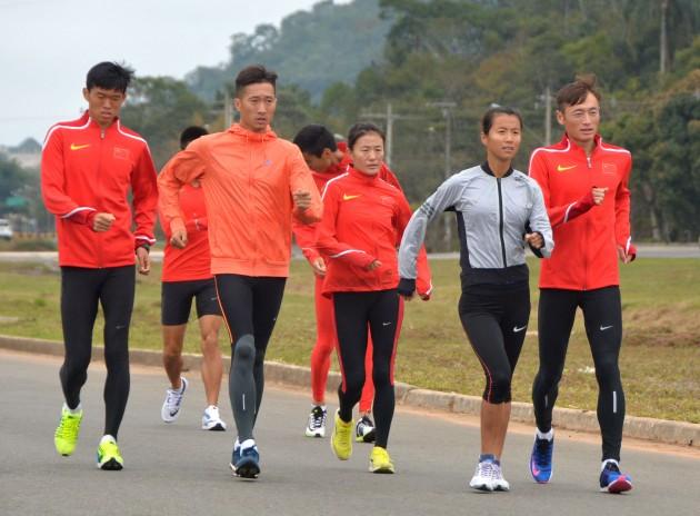 Wang-Zhen, de jaqueta laranja claro, segundo da esquerda, na via São Pedro (oto Alexandre Dornelas -UFJF)