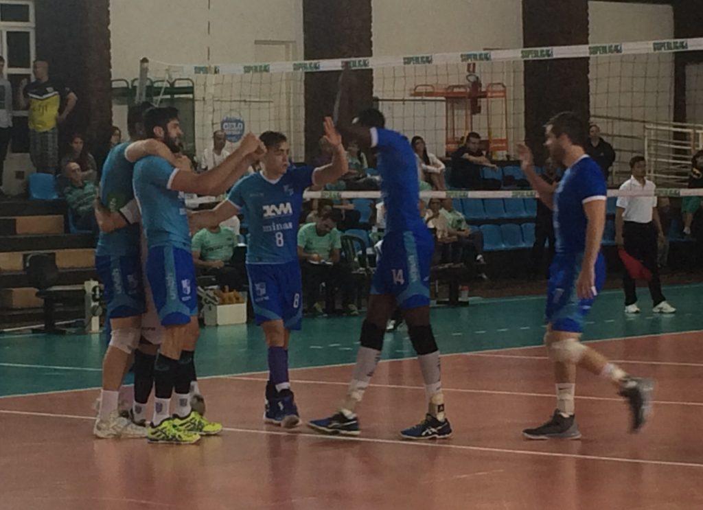 Equipe do MInas comemora a segunda vitória em dois jogos