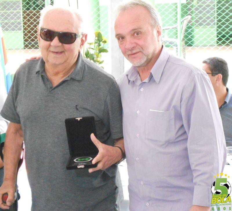 Walter Monachezi recebe homenagem das mãos do presidente Jorge Ramos