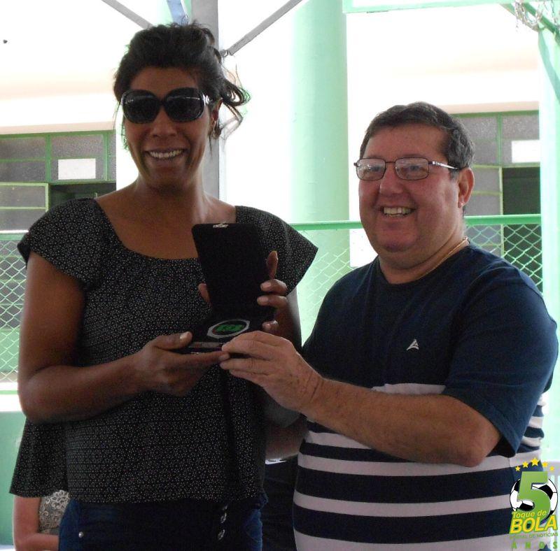 Homenagem do vôlei entregue à ex-atleta Márcia Fu pelo ex-presidente Julio Gasparette