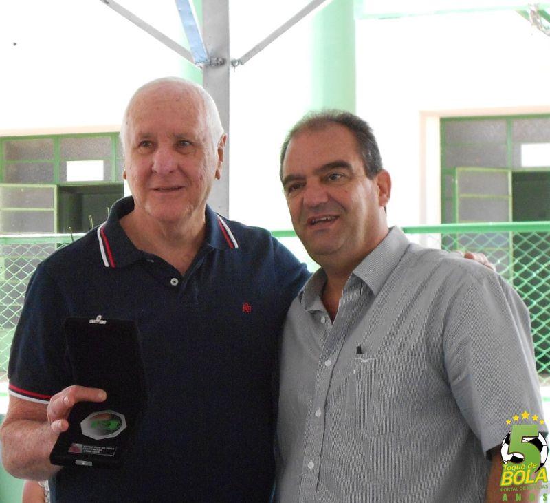 Homenagem do basquete a Evander Dori, entregue pelo diretor de patrimônio José Horácio Fernandes Filho