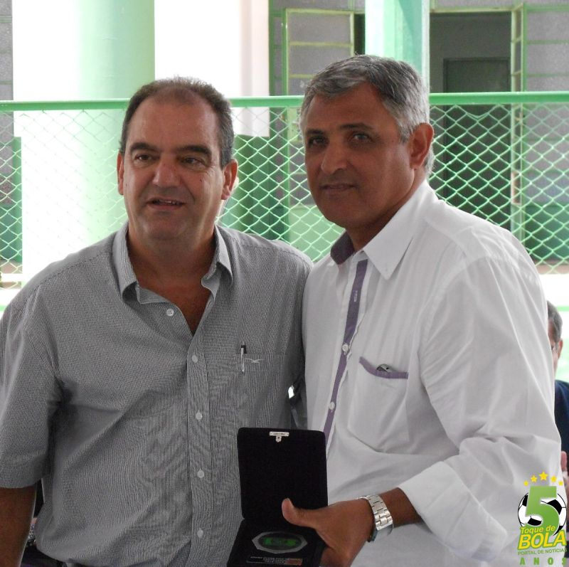 Homenagem ao ex-presidente Walmir Evangelista entregue pelo diretor de patrimônio José Horácio Fernandes Filho