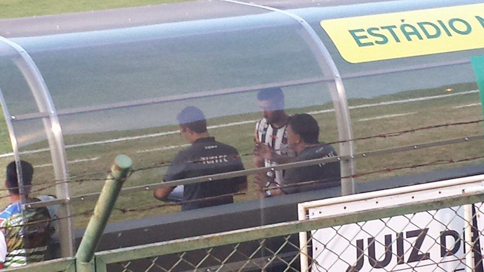 Estevam orienta Hiroshi, uma das três alterações na equipe que acabaram não interferindo no resultado