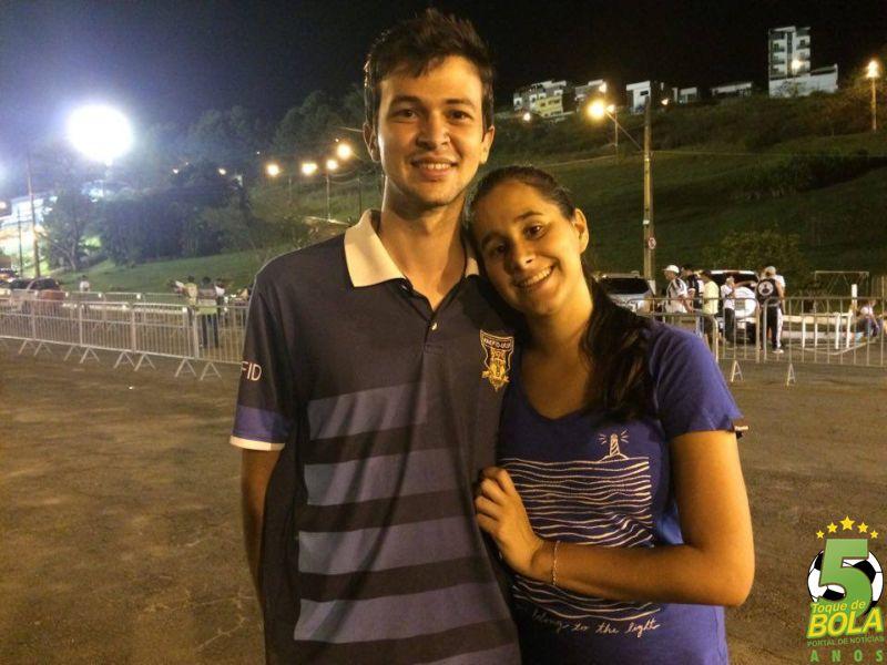 """NAMORADOS CONFIANTES Marcos Paulo veio acompanhar a partida com a namorada Alessandra Kariny. Torcedor carijó desde pequeno, ele está confiante na recuperação da equipe: """"A gente não vai cair. Vamos continuar na série B no ano que vem!"""""""
